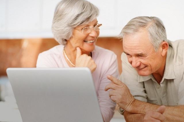 vợ chồng già cười hạnh phúc