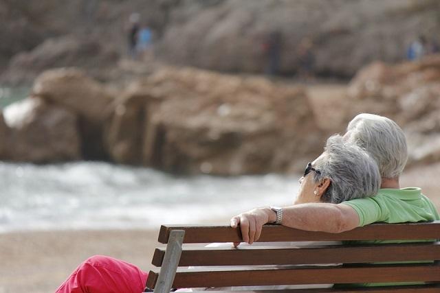 vợ chồng già ngắm biển