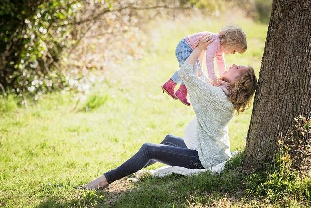 bé gái và mẹ