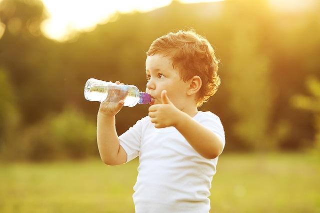 bé trai uống nước