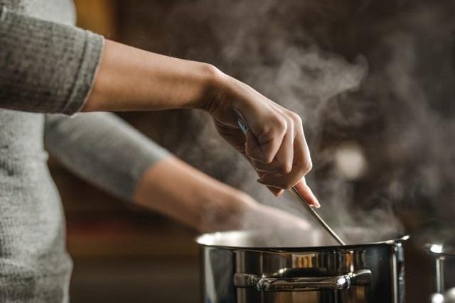 đàn ông nấu ăn