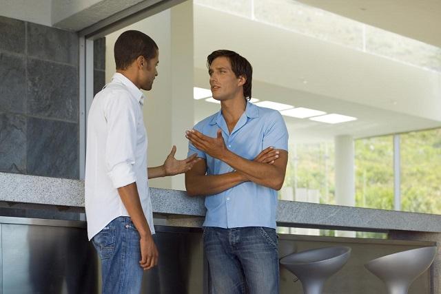 hai người đàn ông nói chuyện