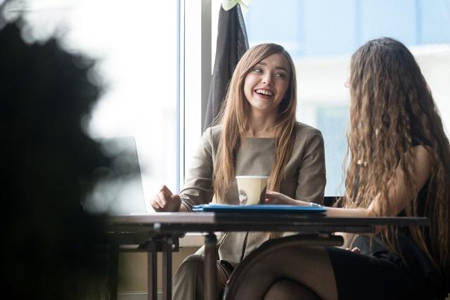 hai người phụ nữ trò chuyện