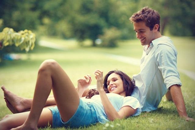 hai người trên bãi cỏ