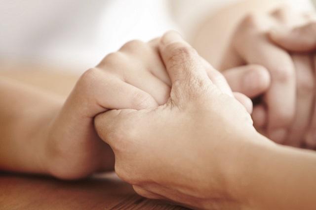nắm tay an ủi