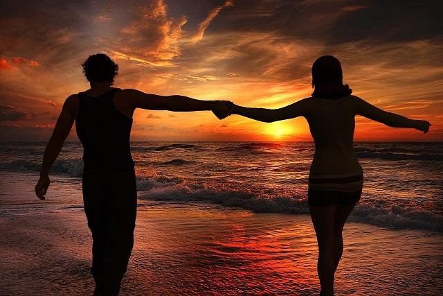 nắm tay nhau trên biển