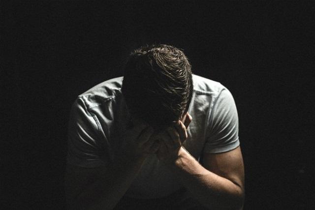người đàn ông khóc