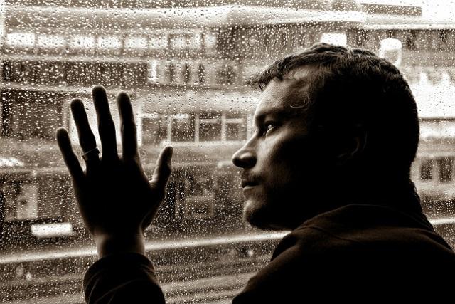 người đàn ông với cảm xúc buồn