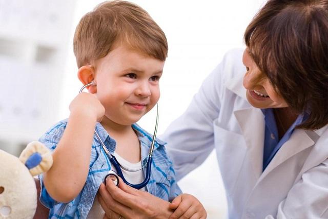 trẻ nghe nhịp tim