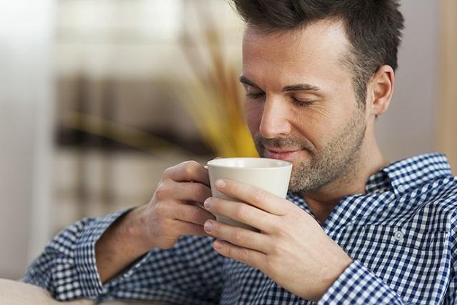 ngửi hương thơm cà phê