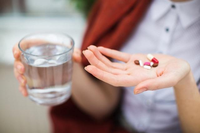 uống thuốc với nước lọc
