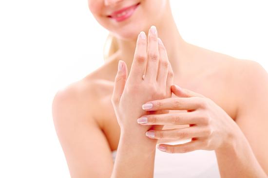 Cách xử lý da tay nhăn nheo và khô nhiều mặc dù vẫn chưa tới 40