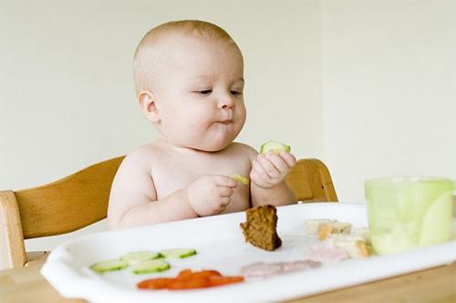 Bé 6 tháng tuổi ăn dặm mấy bữa 1 ngày mới đủ?