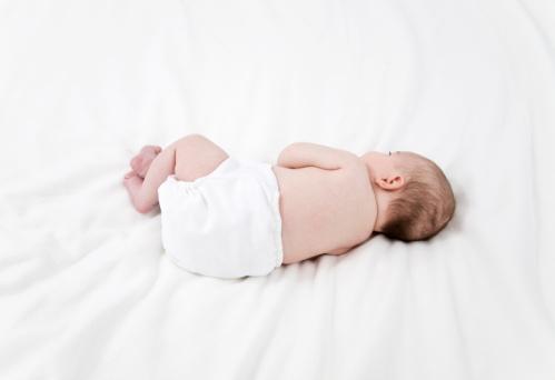 Có nên cho trẻ sơ sinh nằm nghiêng khi ngủ?