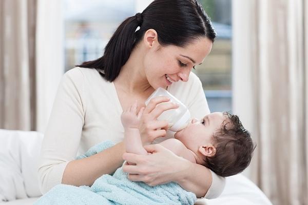 Trẻ sơ sinh 2 tháng tuổi uống bao nhiêu sữa mỗi ngày?