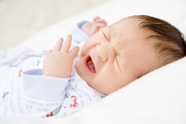 Trẻ sơ sinh bị ho, sổ mũi, hắt xì có sao không?